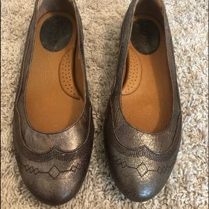 Brand new never worn leather ariat flats